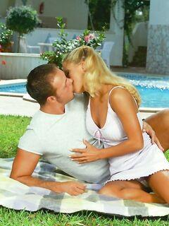 Секс с мокрой шлюхой в красивом бассейне