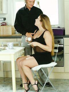 За вкусный чай красотка отблагодарила мужика анальным сексом