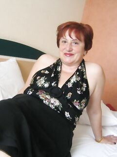 Толстая старуха трахает свою вагину