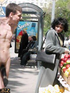 Голые нудисты ходят по улицам