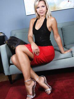В красном платье с гладкими ножками