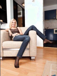 Телочка в джинсах и её ступни