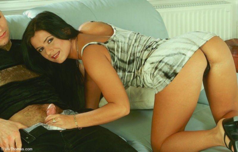 Роскошная милашка играет с пенисом