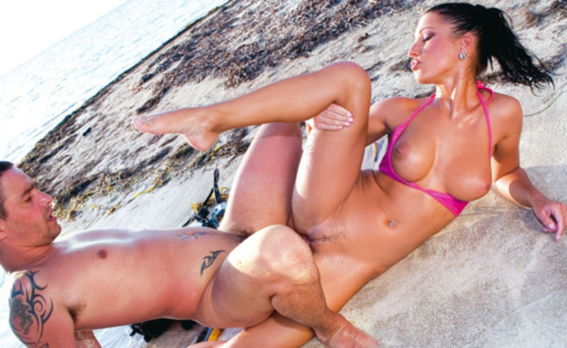 Анальный секс на берегу моря