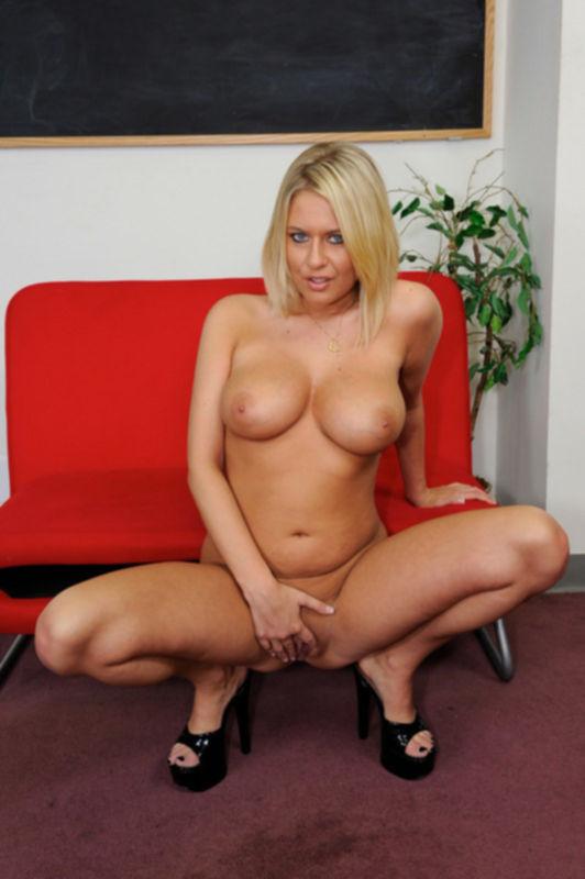 Толстожопая блондинка около дивана