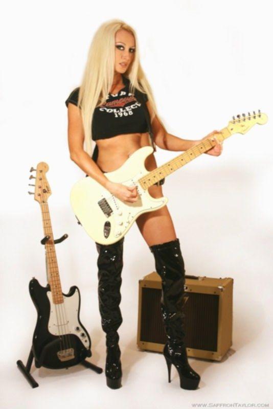 Сексуальная гитаристка