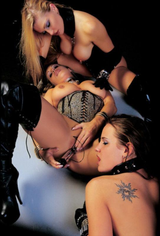 Фото лесбиянок в цепях и кольцах