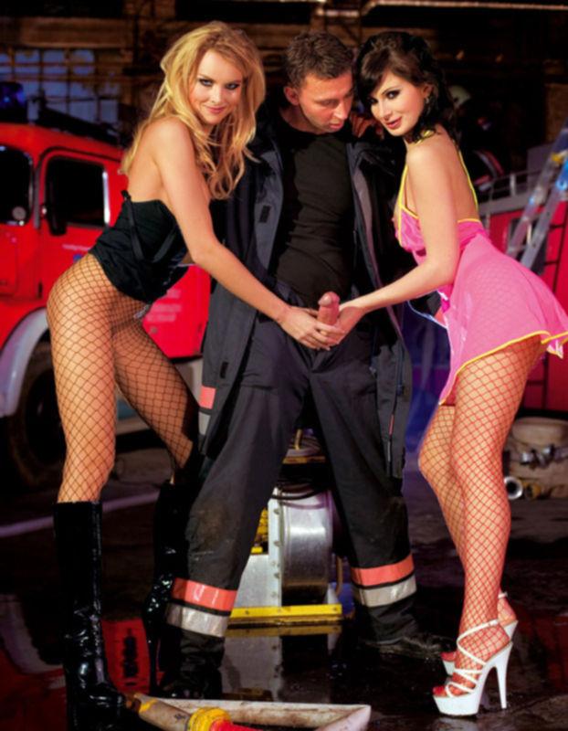 Девчонки благодарят пожарных