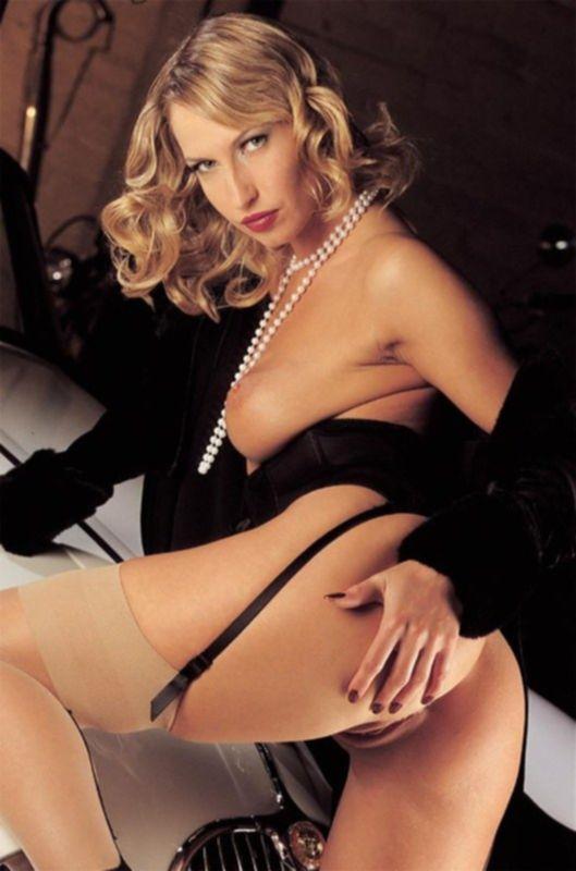 Блондинка в черном корсете
