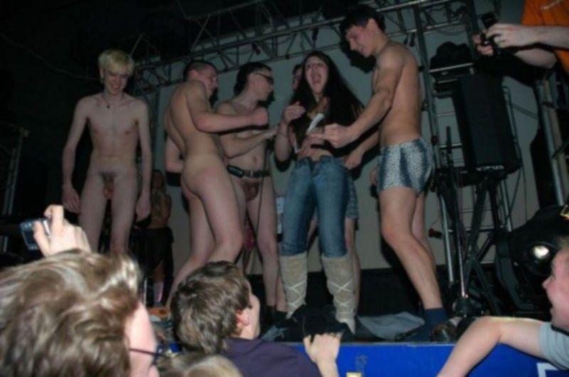 Пьяные телки танцуют в клубе