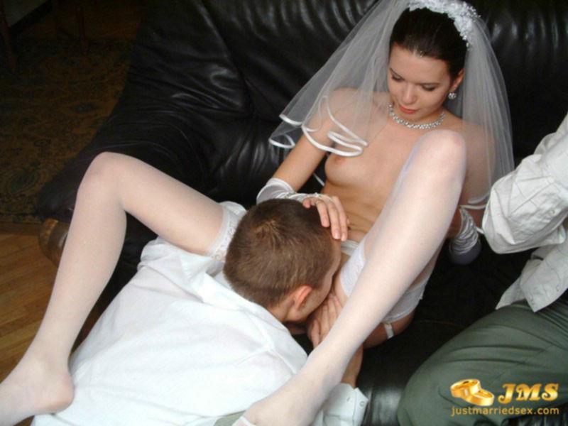 Новоиспеченная невеста сосет член