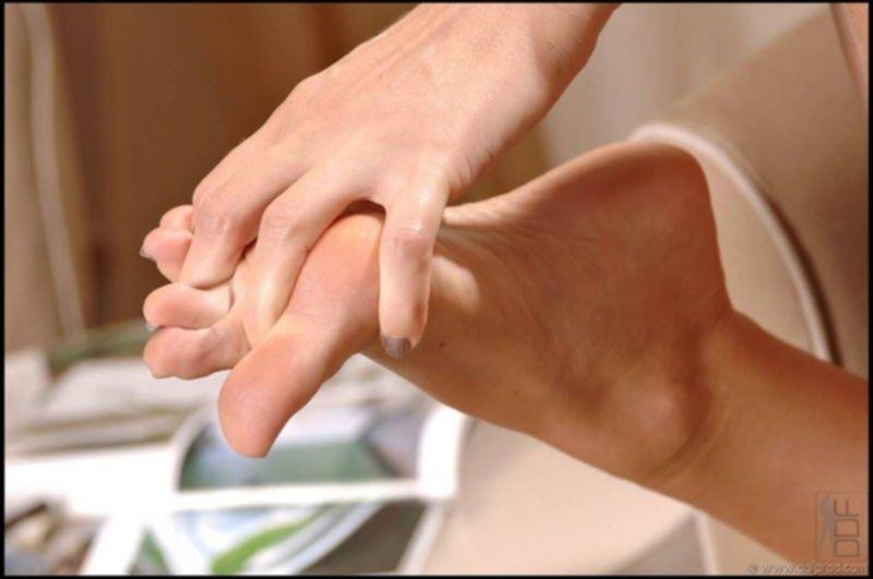 Накрашенные ноготки женских пальчиков