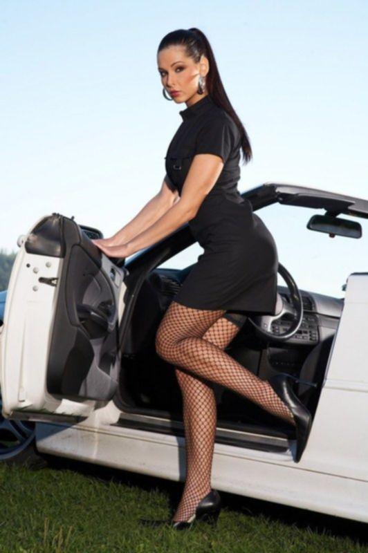 Сексуальная модель у дорогого авто