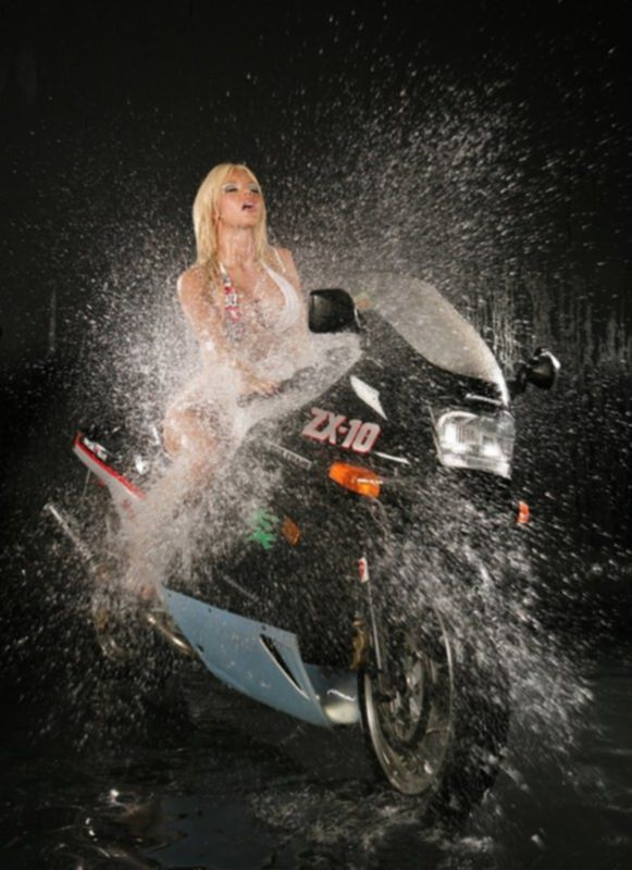 Голая модель на мотоцикле