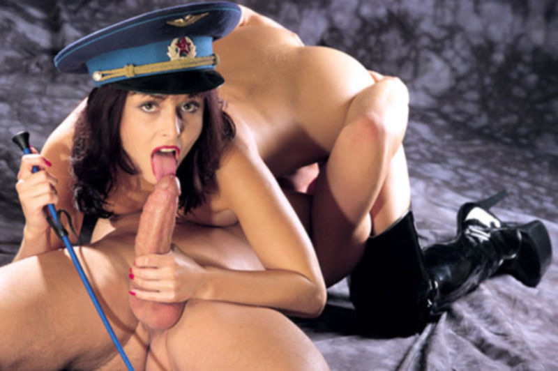 Симпотичная голая девушка будет наказана