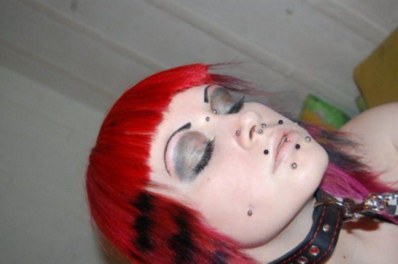 Много пирсинга на лице