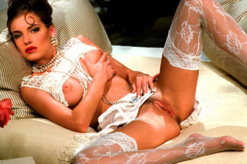 Красотки в бикини раздвигают свои ножки