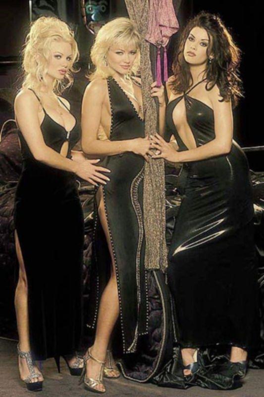 Девушки в полупрозрачной одежде