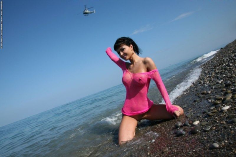 Брюнетка в море