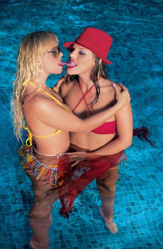 Отдых девушек возле бассейна с членом во рту