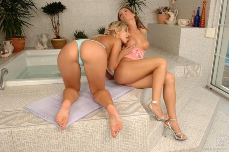 Две лесбиянки трахают друг друга в попу