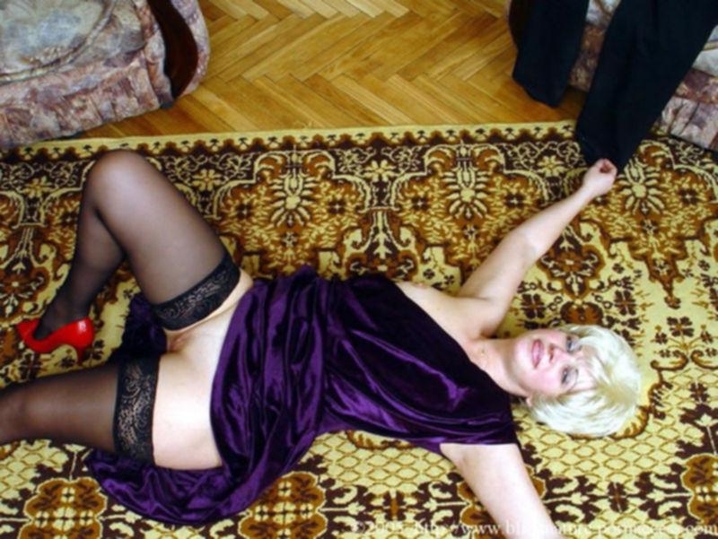Зрелую женщину трахают на полу