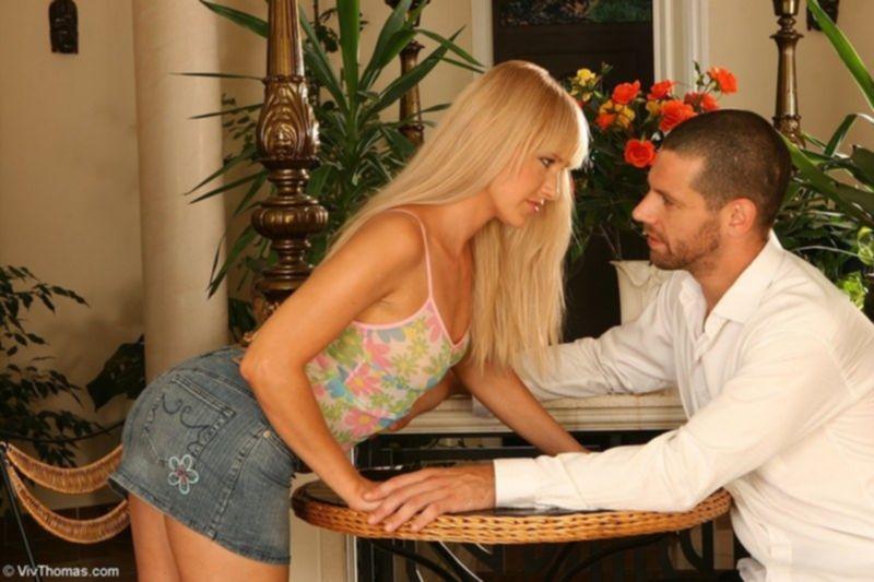 Развел блондиночку на минет, а там и в попку присунул