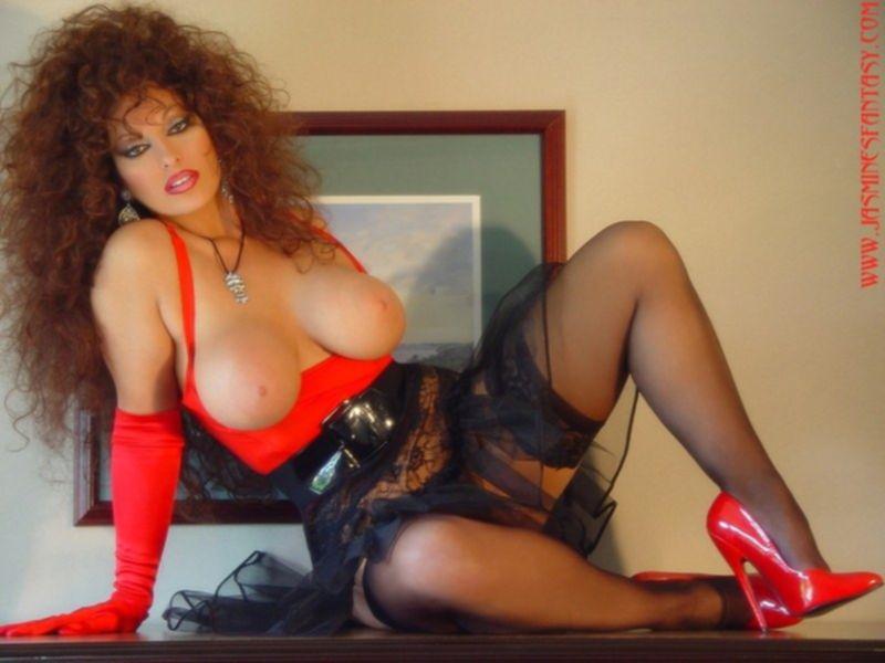 Рыжая сучка с огромной грудью