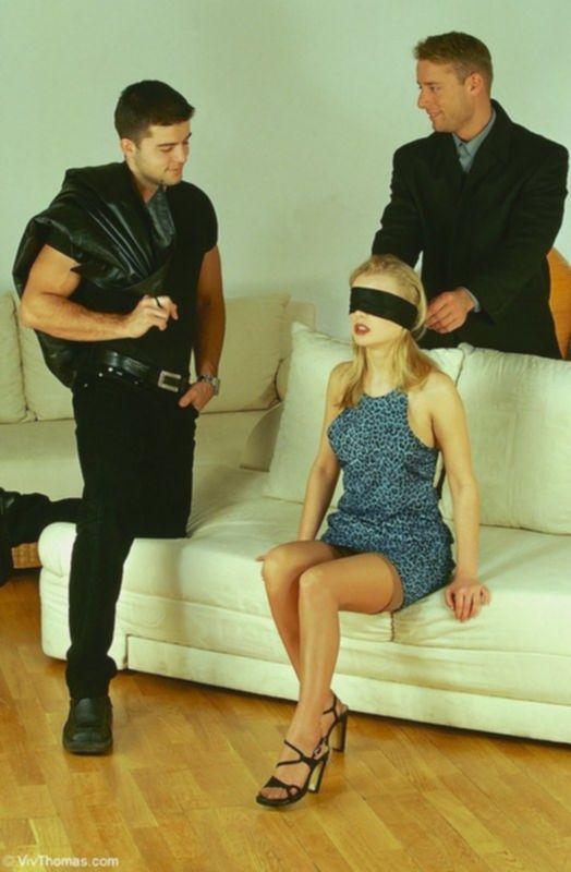 Блондинке связали глаза и трахнули ее попу и вагину