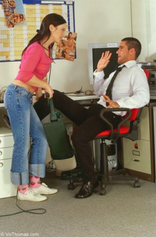 Красивая уборщица трахаетя в офисе с менеджером