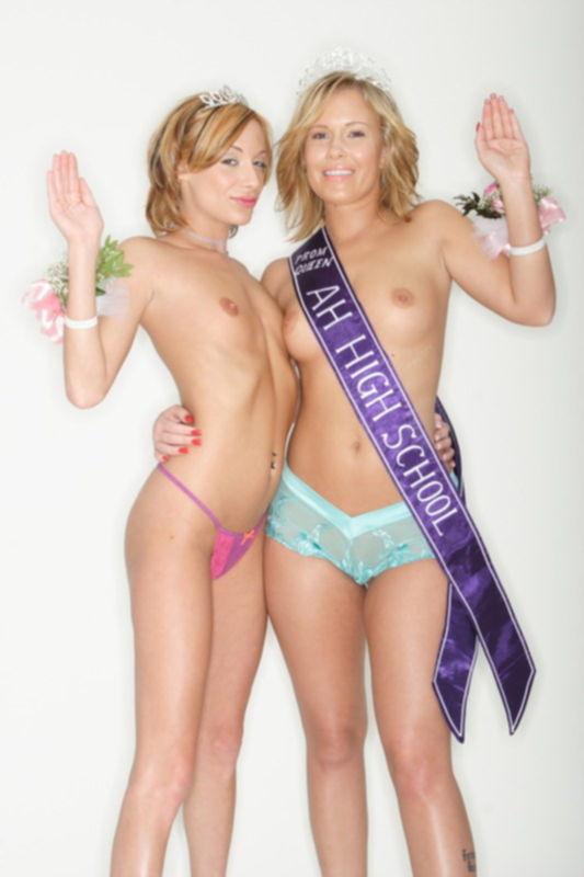 Две милые лесби делят эротический приз