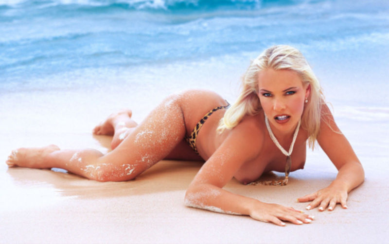 Голая блондинка на пляже