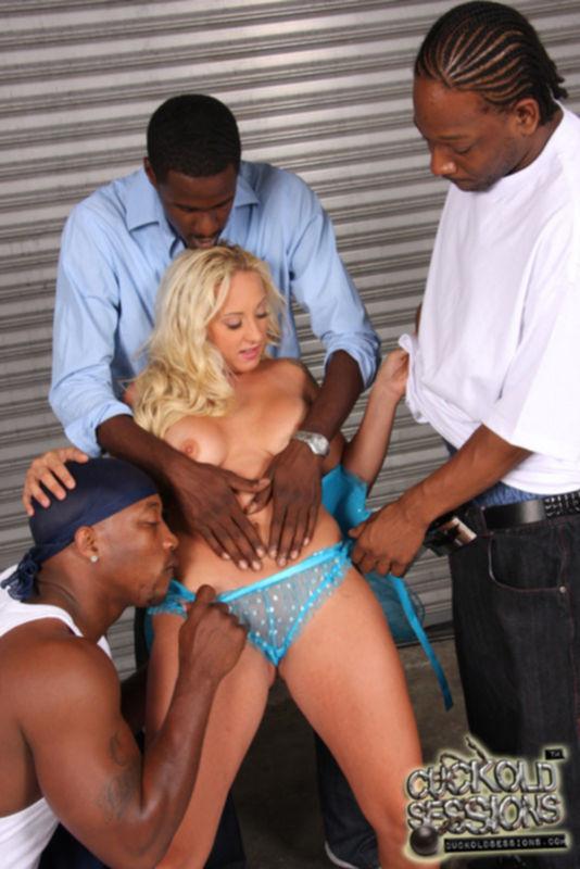 Блондинка делает минет и трахается сразу с несколькими мужиками