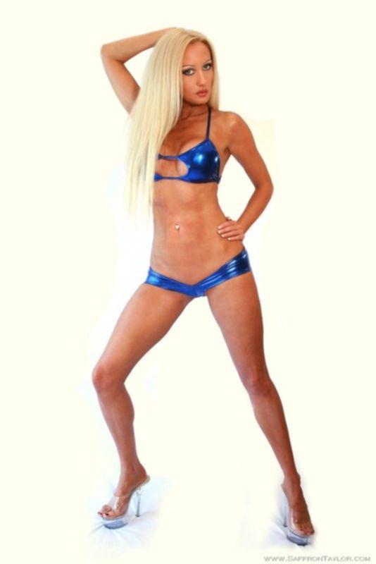 Блонда в голубом бикини