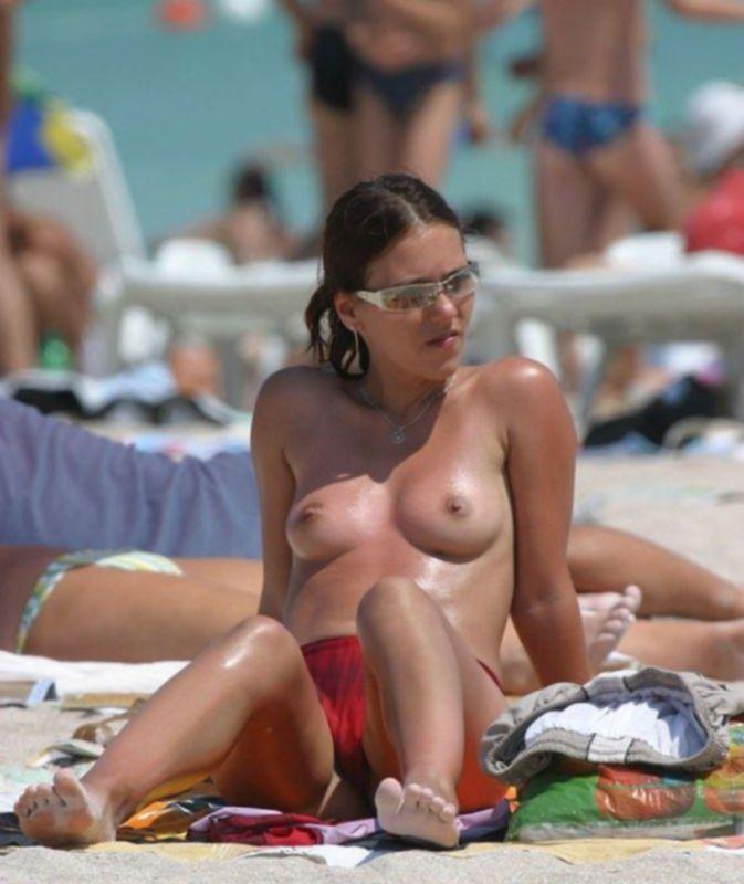 Голые телочки на пляжах и за городом