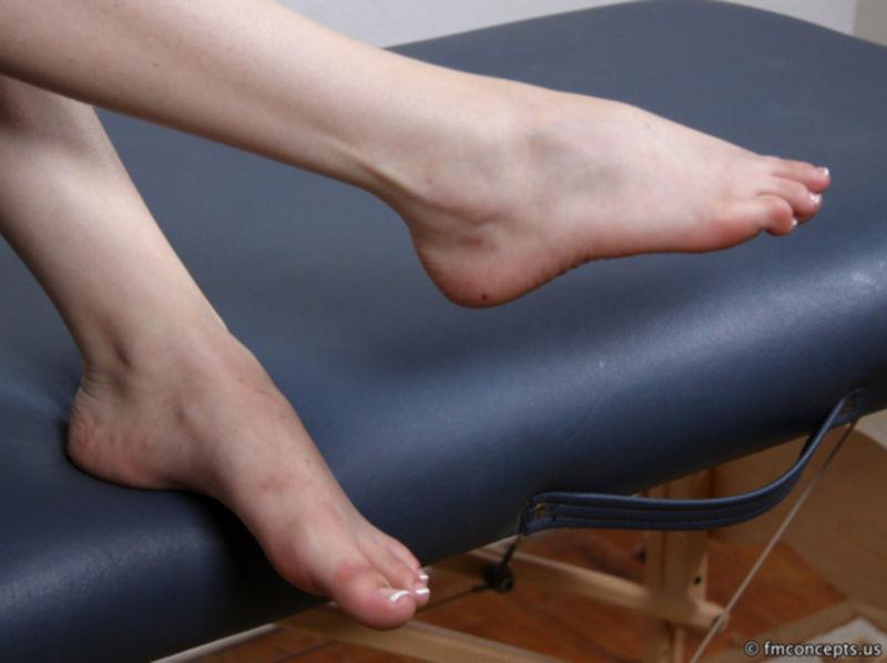 Ножки стройной девушки в сланцах