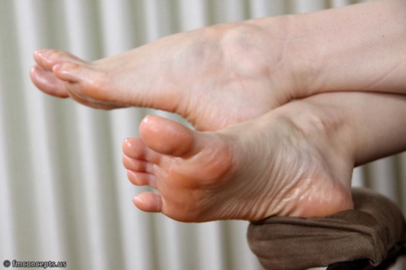 Женские пальчики на ногах крупным планом