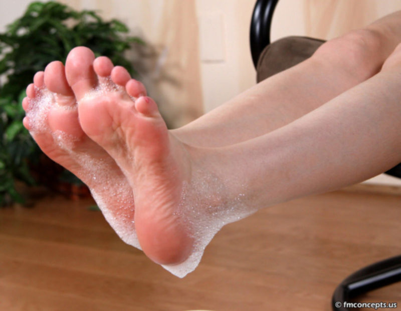 Намыленные ступни ног
