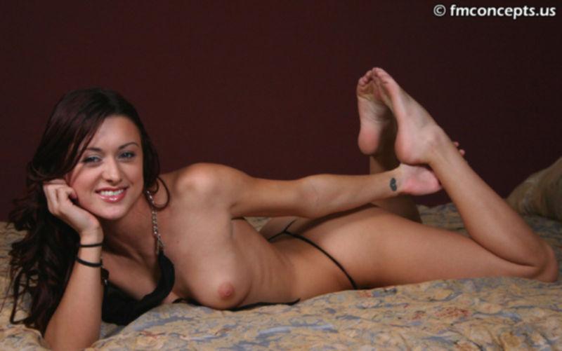 Ей весело показывать стройные ноги