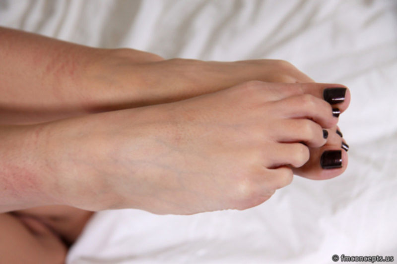 Модельная красавица хвастается ножками