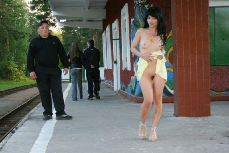 Смотрим под юбку уличных дам